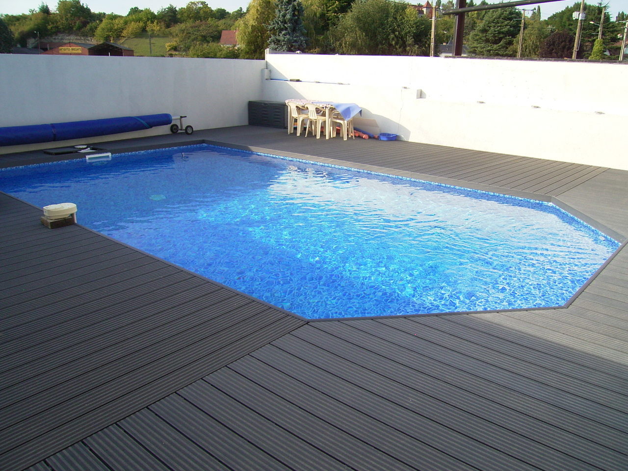 Terrasse bois composite piscine l 39 habis for Piscine composite